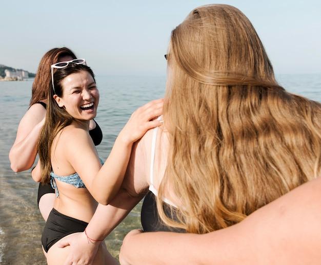 Podekscytowani młodzi przyjaciele przez ramię