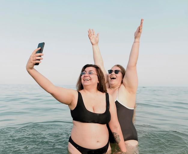 Podekscytowani młodzi przyjaciele robią sobie zdjęcia