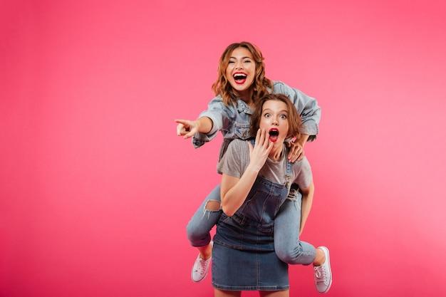 Podekscytowani niesamowici przyjaciele dwóch kobiet bawią się