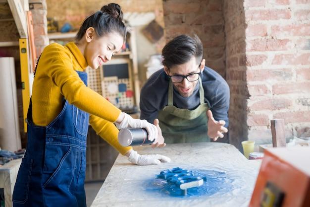 Podekscytowani rzemieślnicy wykonujący kreatywną stolarkę