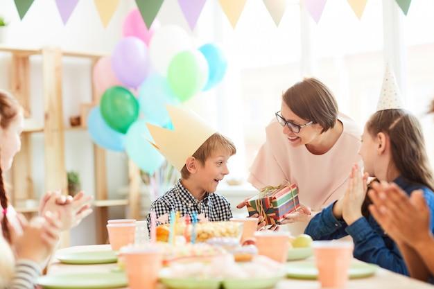 Podekscytowany chłopiec dostaje prezent urodzinowy