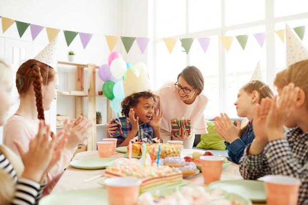 Podekscytowany chłopiec na przyjęcie urodzinowe