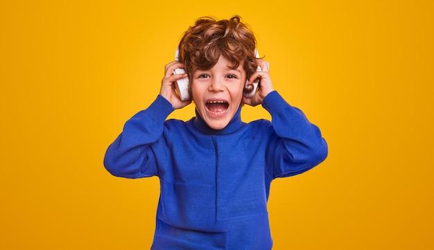 Podekscytowany chłopiec słuchając muzyki