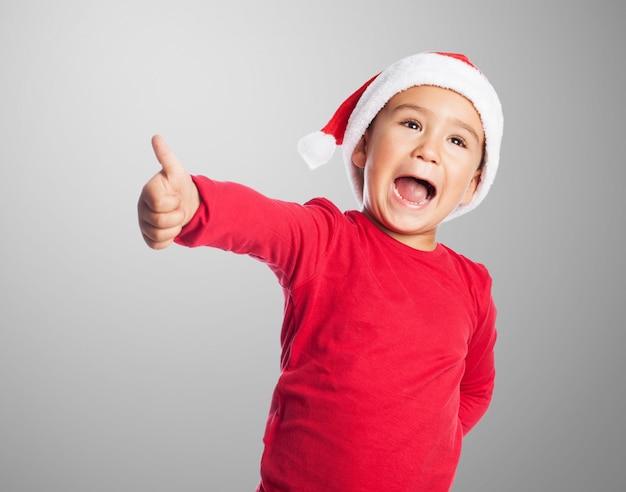 Podekscytowany chłopiec z kciukiem do góry