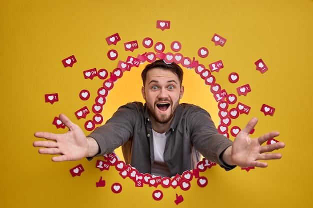 Podekscytowany człowiek świeci szczęściem, mając wielu obserwujących i subskrybentów