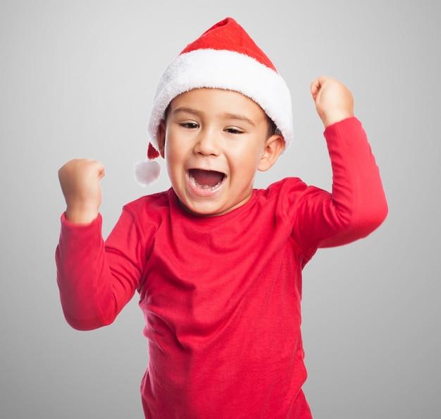 Podekscytowany dziecko podnosząc pięści