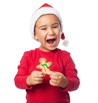 Podekscytowany dziecko pokazując swoje pierniki