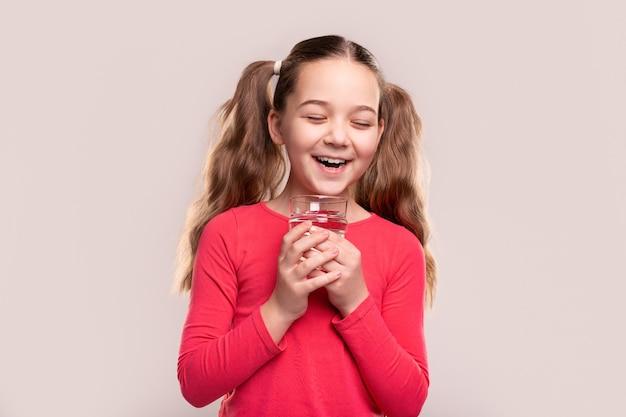 Podekscytowany dziecko ze zdrowym napojem