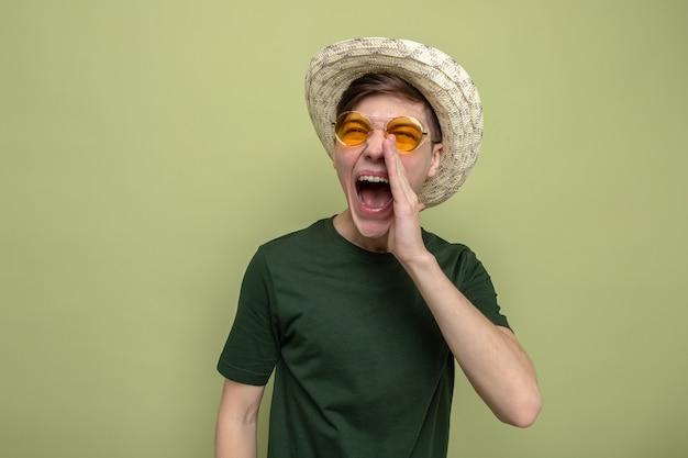 Podekscytowany dzwoniąc do kogoś młodego, przystojnego faceta w kapeluszu w okularach
