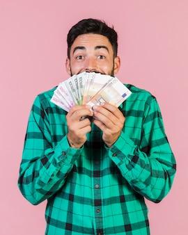 Podekscytowany facet trzyma pieniądze