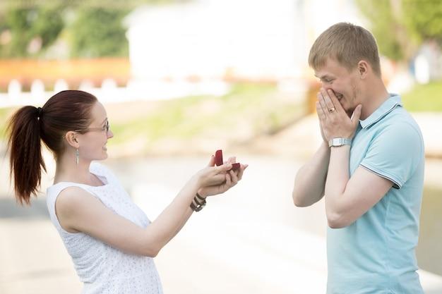 Podekscytowany facet z pierścionek zaręczynowy