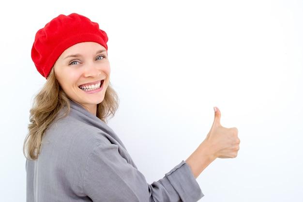 Podekscytowany francuski kobieta pokazano kciukiem do góry
