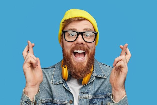 Podekscytowany hipster, który chce wygrać na loterii