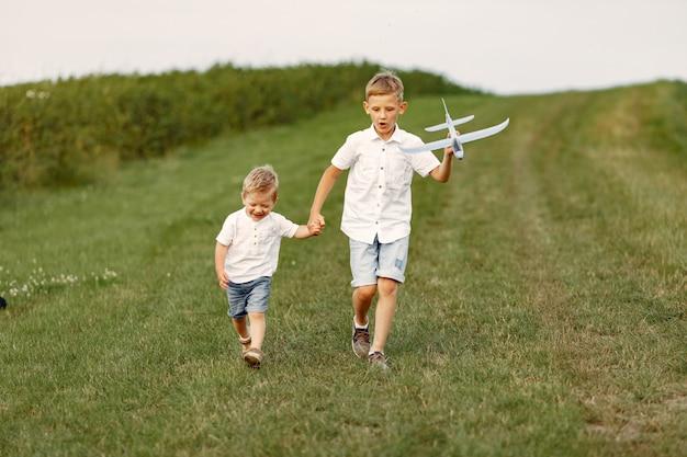 Podekscytowany mały chłopiec biegający z zabawkowym samolotem