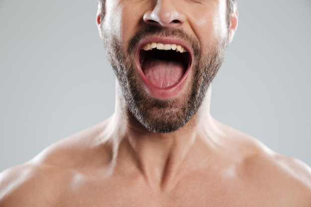 Podekscytowany mężczyzna pół twarzy z nagimi ramionami