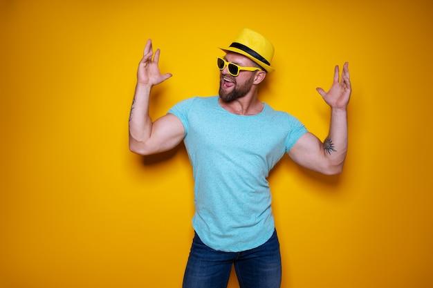 Podekscytowany mężczyzna w letnie ubrania