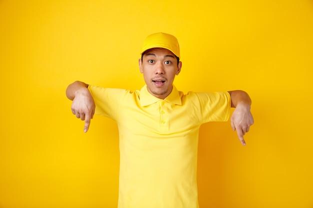 Podekscytowany młody człowiek w czapce i mundurze skierowaną w dół