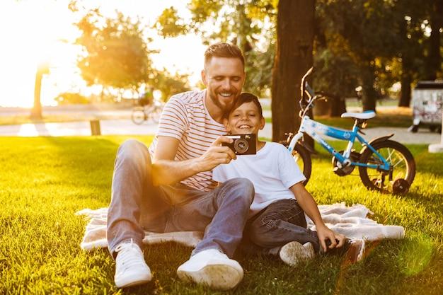 Podekscytowany ojciec i jego syn bawią się razem