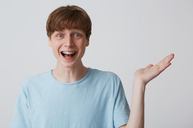 Podekscytowany, podekscytowany, zaskoczony i nadmiernie emocjonalny atrakcyjny szczęśliwy facet
