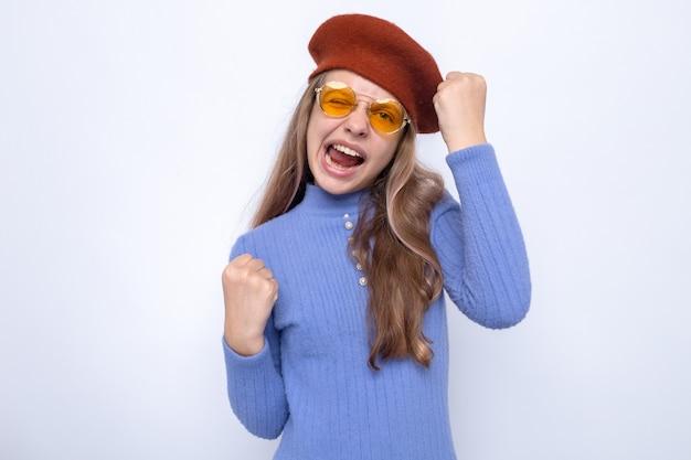 Podekscytowany pokazując gest tak piękna mała dziewczynka w okularach z kapeluszem