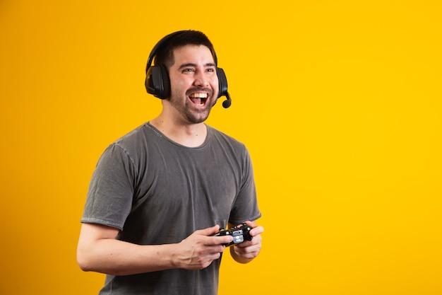 Podekscytowany przystojny mężczyzna grający w grę wideo