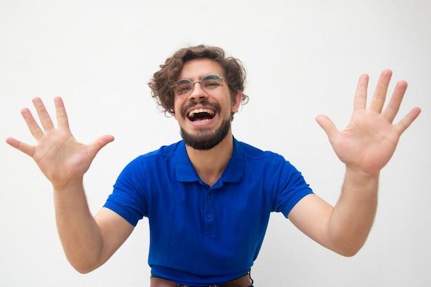 Podekscytowany, radosny facet dotyka powietrza