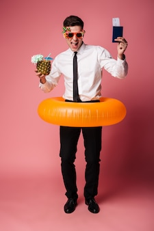 Podekscytowany szczęśliwy młody biznesmen z gumowym pierścieniem