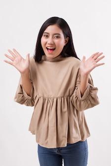 Podekscytowany szczęśliwy uśmiechnięty inteligentny dorywczo azjatycka kobieta pozuje wesoła, udana poza