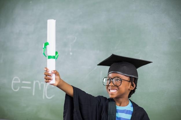 Podekscytowany uczeń w tablicy zaprawy posiadający certyfikat w klasie