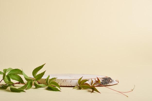 Podium do prezentacji towarów i kosmetyków wykonane jest z drewna na beżowym tle. minimalistyczna scena brandingowa.