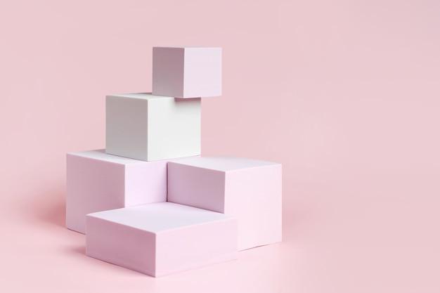 Podium o geometrycznych kształtach do ekspozycji produktów. platforma monochromatyczna na różowym tle. stylowe tło do prezentacji. minimalistyczny styl.