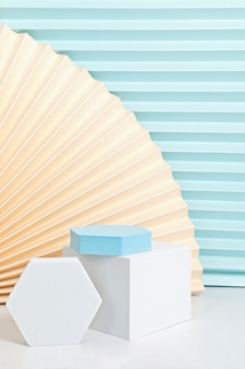 Podium, stojak, platforma do prezentacji produktów. streszczenie ściana wykonana z papierowych wachlarzy.