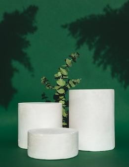 Podium z zielonymi liśćmi i cieniem na zielono