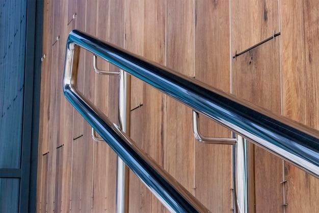 Podjazd z poręczą ze stali nierdzewnej do podpierania osób niepełnosprawnych przed wejściem do budynku.
