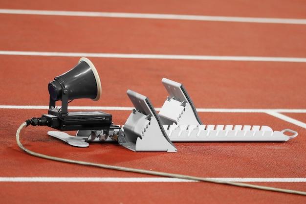 Podkładki startowe dla biegaczy na stadionie lekkoatletycznym