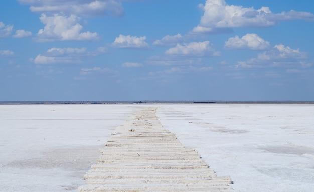 Podkłady w skorupie solnej na słonym jeziorze we wsi baskunchak w regionie astrachańhan