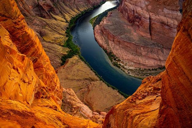 Podkowa bend na stronie. horseshoe bend na rzece kolorado w glen canyon. amerykański park narodowy kanionu.