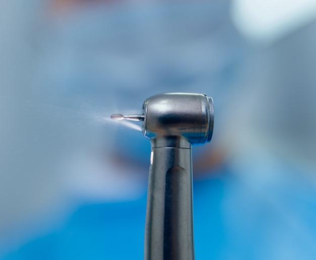 Podłączenie końcówki turbiny do złącza multipleksowego. nowoczesne technologie dentystyczne
