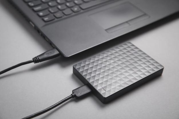 Podłączenie zewnętrznego dysku twardego w laptopie