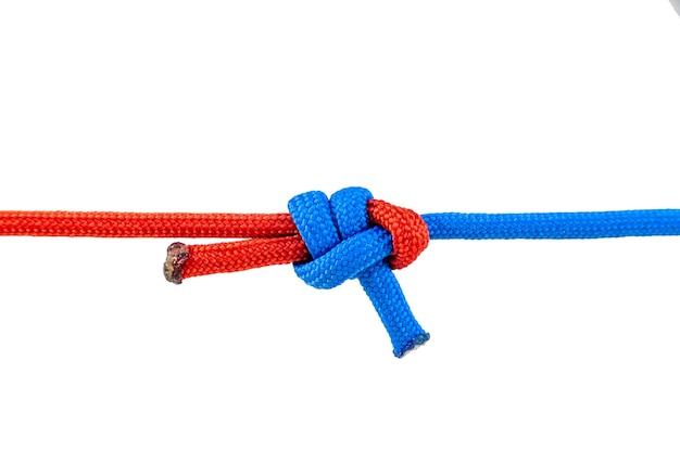 Podłączone są dwa przewody czerwony i niebieski. węzeł na sznurku na białym tle na białym tle.