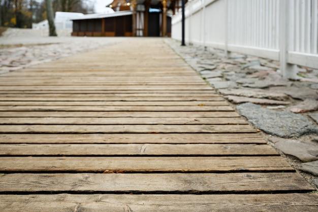 Podłoga drewniana - piękna promenada spacerowa do spacerów po parku miejskim.