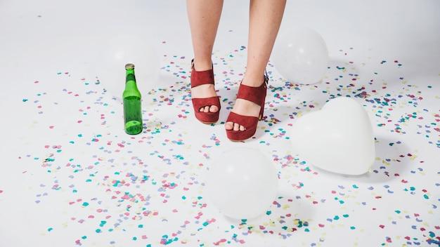 Podłoga, konfetti, butelka i balony