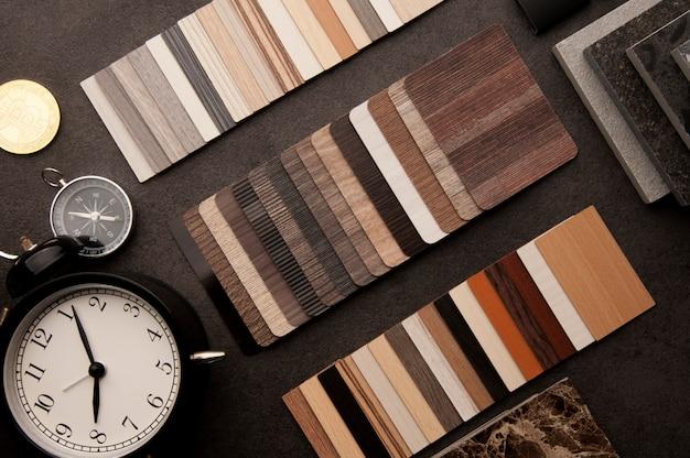 Podłoga z fakturą drewna próbki laminatu i płytek podłogowych winylowych
