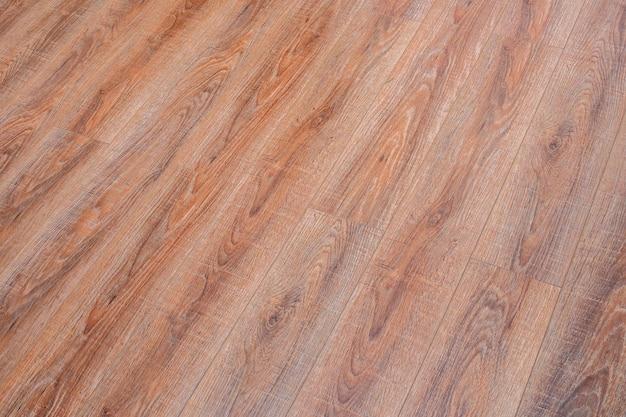Podłoga z jasnobrązowego laminatu po przekątnej