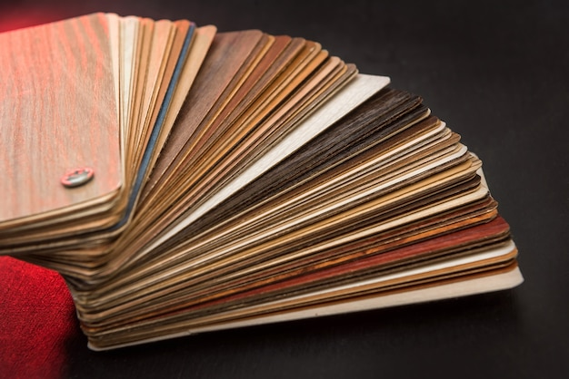 Podłoga z twardego drewna dębowego do budowy wnętrz. katalog próbek laminatu lub mebli do projektowania domu