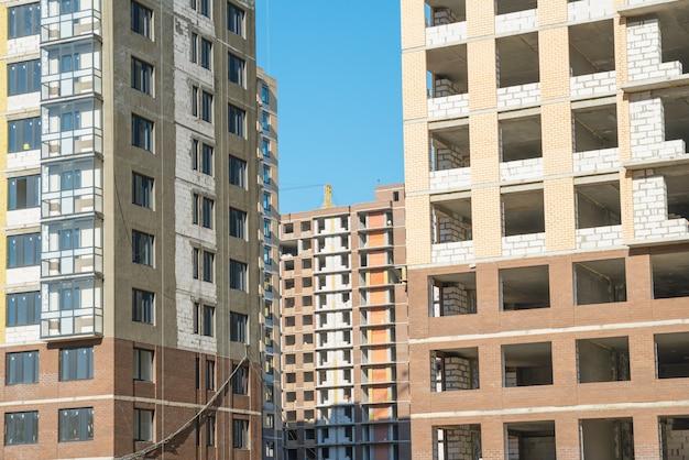Podłogi w niedokończonym budynku. niekompletna budowa budynku wielokondygnacyjnego. rozwój
