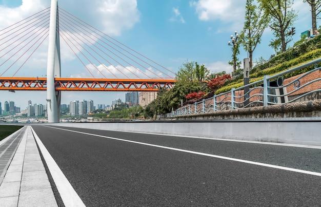 Podłoże asfaltowe i urbanistyczny krajobraz architektoniczny