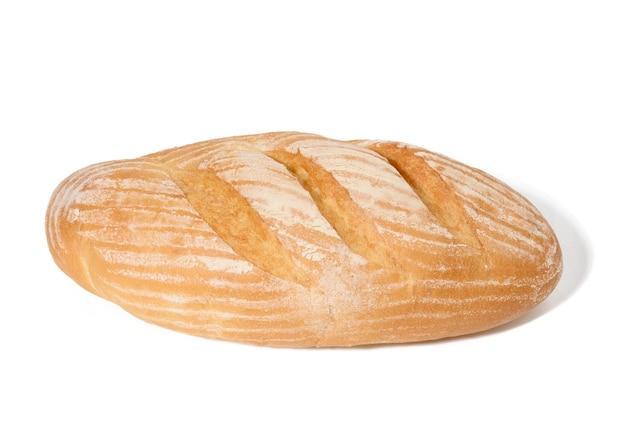 Podłużny chleb wypiekany z białej mąki pszennej na białym talerzu, chrupiąca bułka