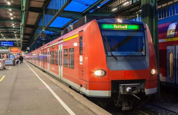 Podmiejski pociąg elektryczny na stacji kolejowej w stuttgarcie