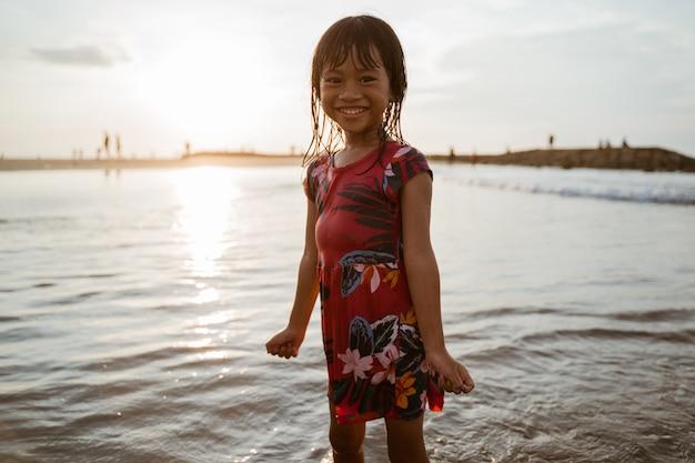 Podniecenie dziewcząt bawiących się wodą na plaży
